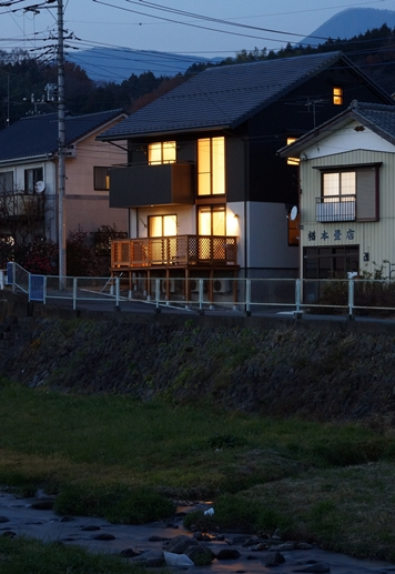 川沿いの家